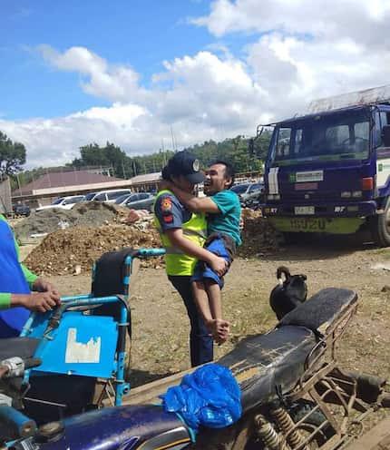 Dakila ka ate! Policewoman, kinarga PWD papuntang sementeryo para masilayan nito puntod ng mga mahal sa buhay