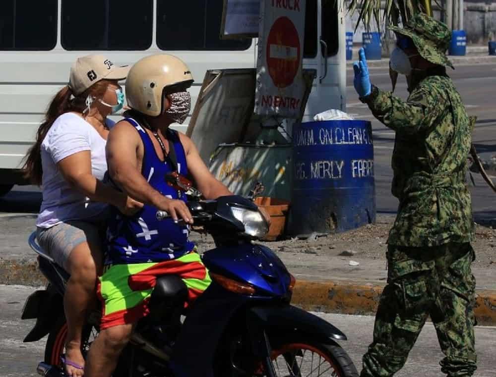 aka naman! Mag-asawang magka-angkas sa motor, dala pa ang malaking wedding pic bilang patunay