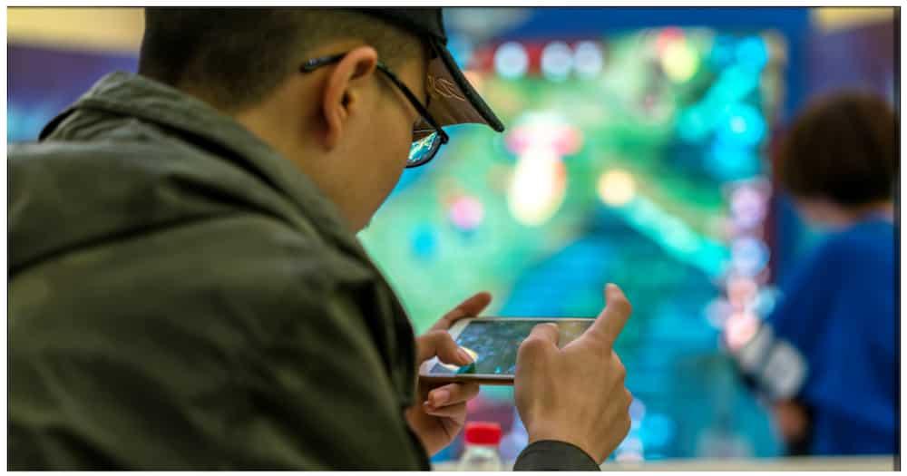Kwento ng isang lalaking sobrang nalulong sa paglalaro ng mobile games, viral