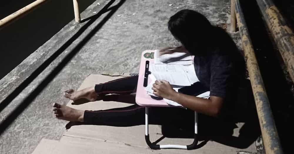 Estudyanteng nag-aaral sa tulay para sa libreng WiFi nag-viral