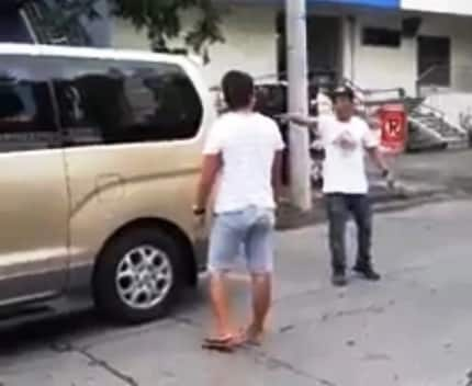 Nilampaso ng netizens ang isang lalaking nakipagtalo sa isang drayber ng ambulansya