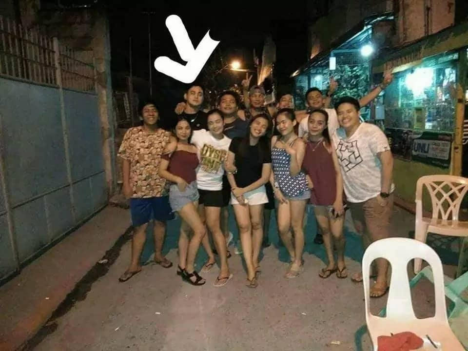 Netizen shares creepy high school reunion photo where his upper body disappeared