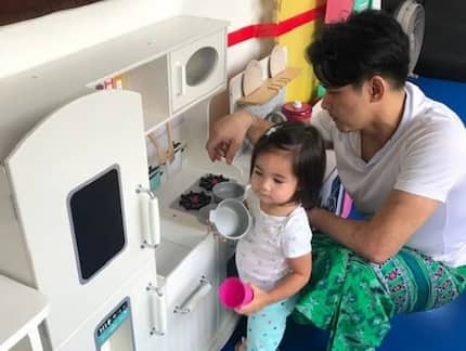 Robin Padilla plays lutu-lutuan with Isabella and reads her bedtime stories