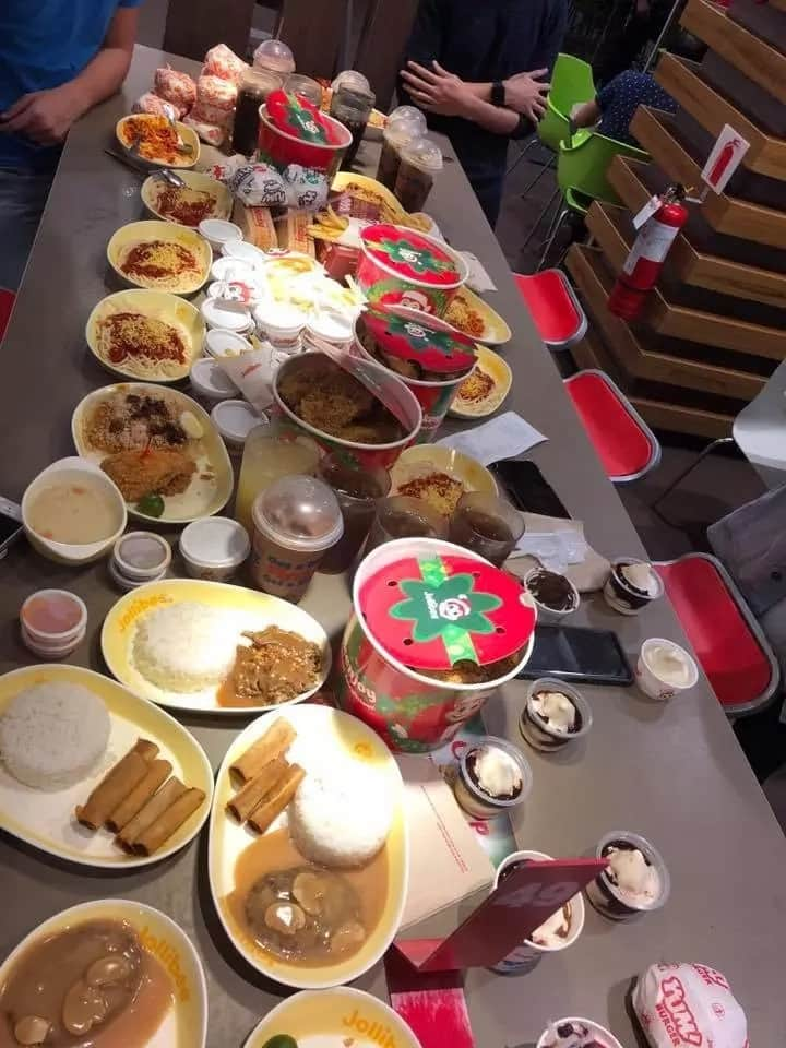 Malaki ang budget nila! Group of friends who purchased every single food on Jollibee's menu wows netizens