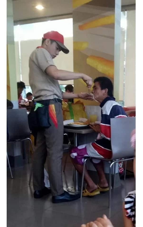 Jollibee employee goes viral after getting caught on camera feeding a poor & helpless customer