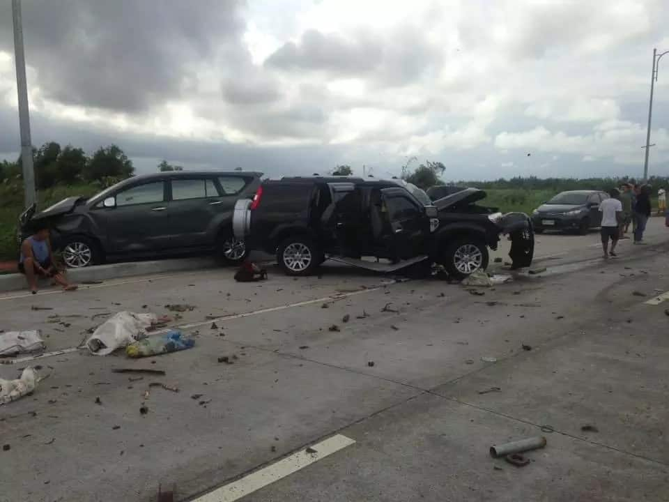 Little kid miraculously survives car crash, sits atop car totally wrecked by strong impact