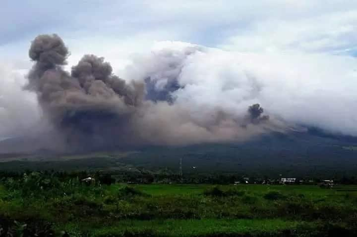 Nakaka-kilabot! Mayon Volcano's gas cloud formation that looks like silhouette of Pangoron and Magayon wows netizens