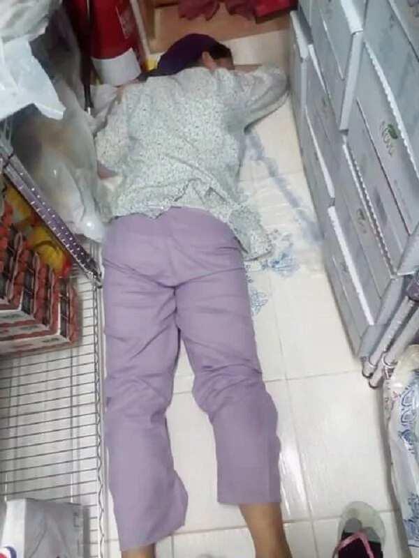 Nakakaawa naman ang buhay niya sa abroad! Pinay OFW sleeps on the floor with only a big plastic bag to keep her warm
