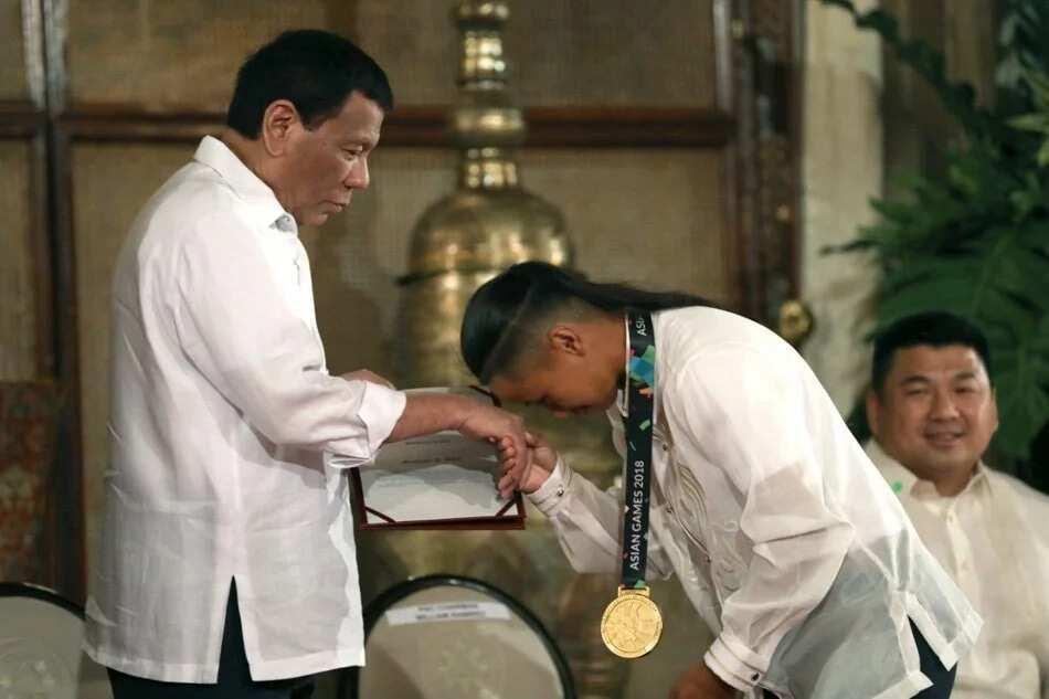 Gold medalist Margielyn Didal, nagmano kay Pres. Duterte