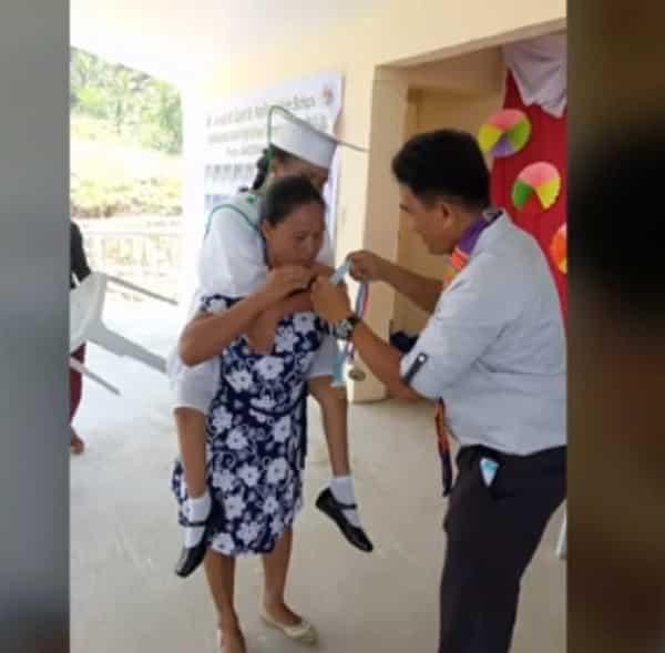 Ina, pinasan paakyat ng entablado ang anak na may kapansanan sa pagtanggap nito ng diploma sa kanyang Pagtatapos