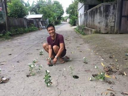 Viral ang isang lalaki na ginawang tree planting project ang napipintong pagpapagawa ng kalye ng DPWH!