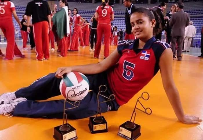 This guy has best job in the world working as masseur with volleyball hottie Winifer Fernandez