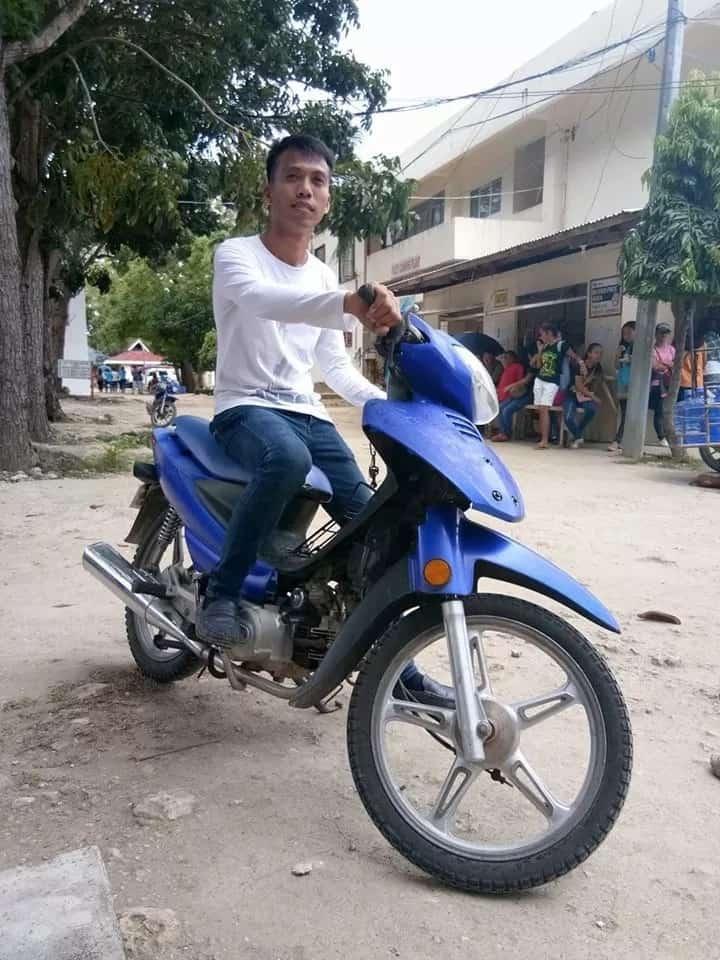 Ibang klase ang diskarte! Habal habal driver, magtatapos bilang 'magna cumlaude'