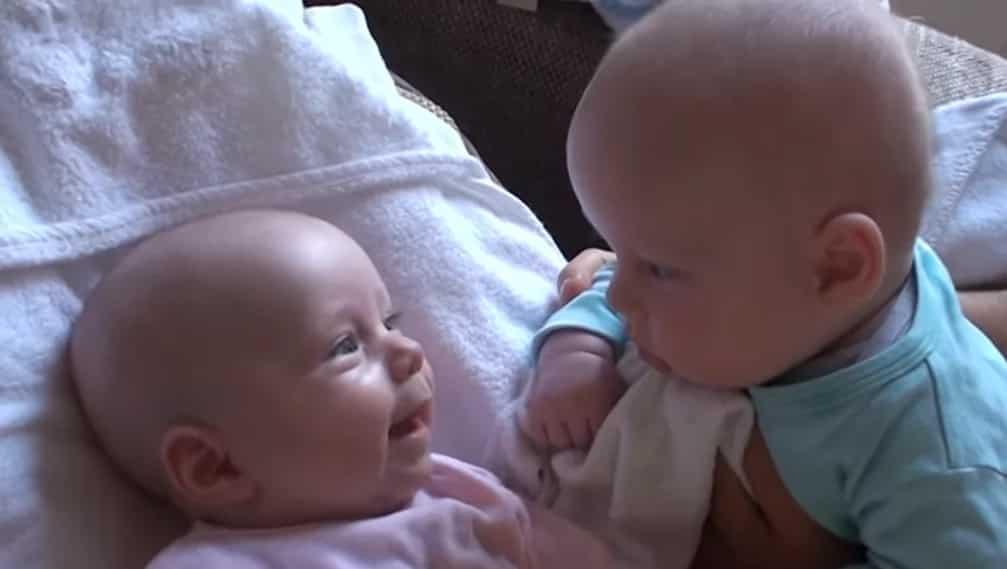 Seryoso ang pinag-uusapan! Adorable twins' baby talk will surely make your day