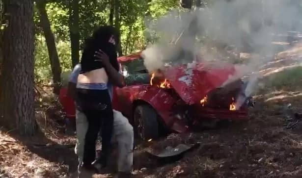 Photographer saves pregnant woman from a burning car