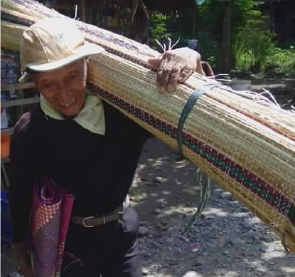 83 taong gulang na lolo, naglalakad ng halos 50km araw-araw sa pagtitinda ng banig