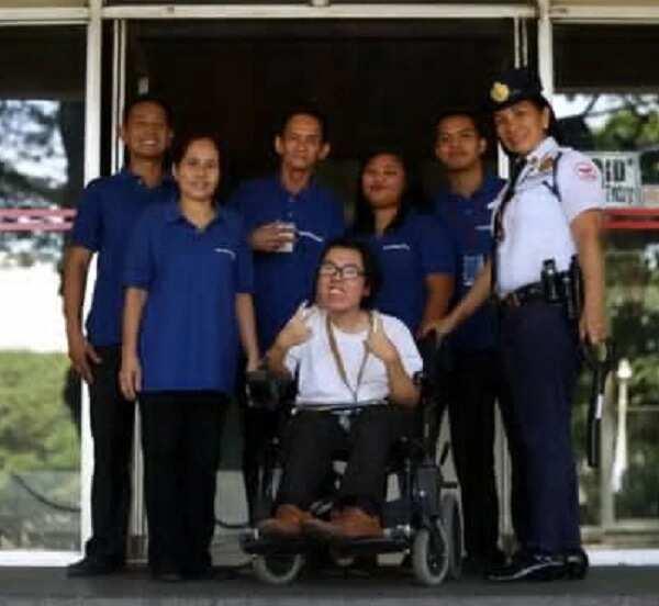 PWD, 'cumlaude' sa UP sa tulong ng kanyang mga magulang na maghapong nakaalalay sa kanya araw-araw