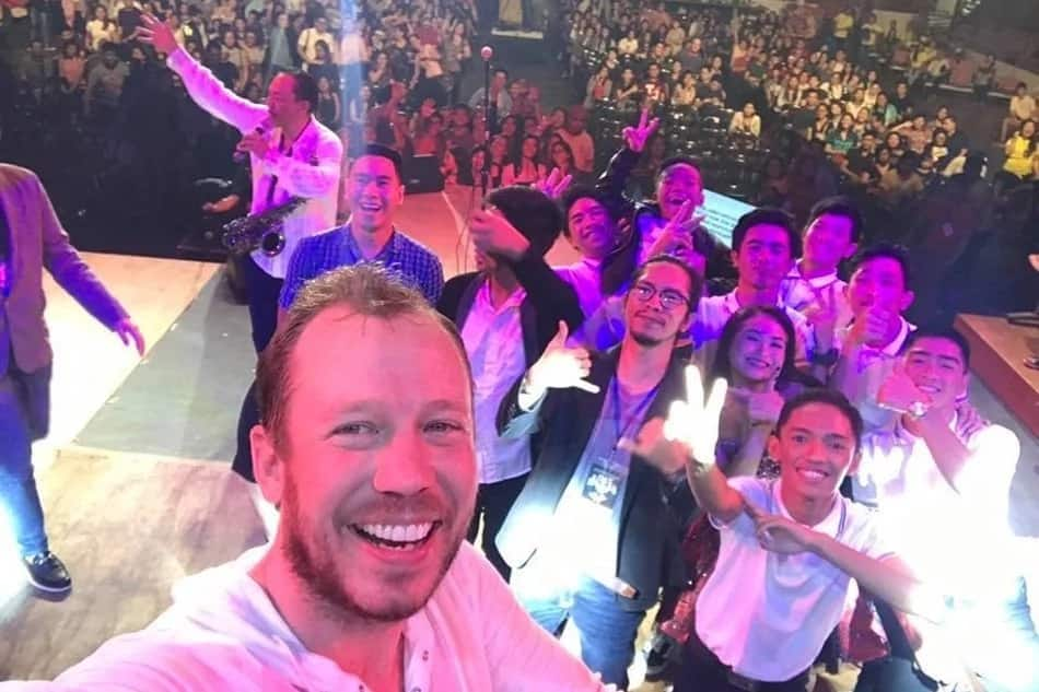 Kasiraan ng tiwala sa mga Pilipino? Stephen Speaks' singer nearly lost his phone during a gig in the Philippines