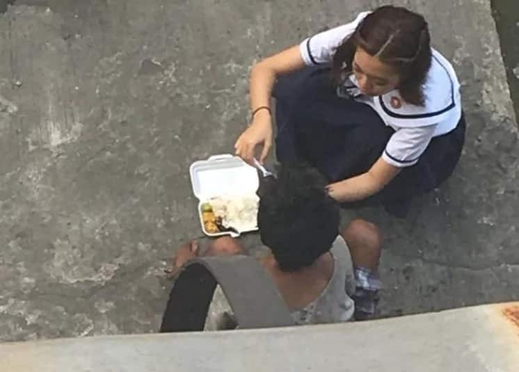 Precious moment PUP senior high school student feeds homeless captured on cam