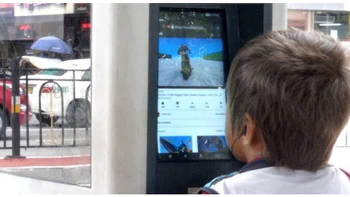 Batang lansangan na nanonood ng cartoons sa wifi kiosk sa Maynila, umantig sa puso ng netizens