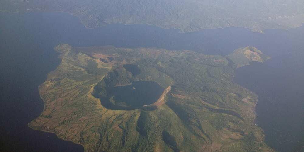 Bagong video ng pag-buga ng steam ng Taal Volcano, nag-viral sa social media