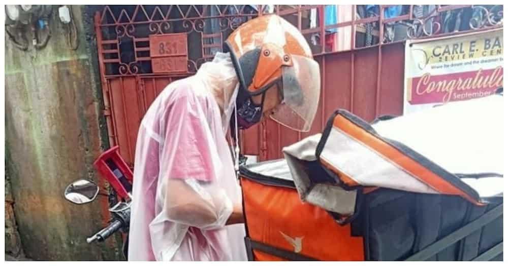 Viral delivery rider na bakal ang isang binti, hinangaan ng marami