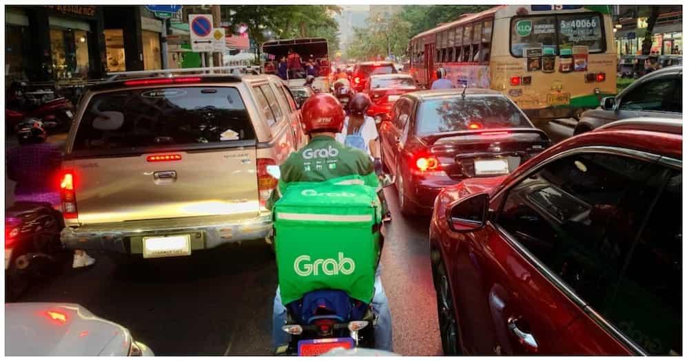 Customer, naantig ang puso sa naaksidenteng rider na nag-deliver pa rin sa kanya