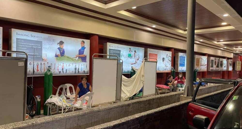 Mga pasyenteng naka-oxygen, kinailangang maghintay sa labas ng isang ospital sa Cebu