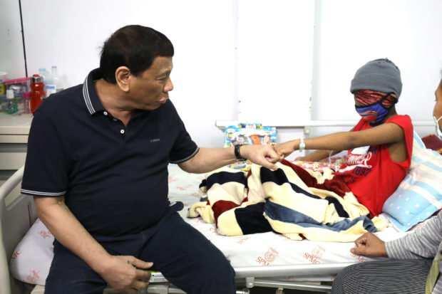 May pamasko ang Pangulo! Duterte, namigay ng aginaldo sa mga batang may kanser