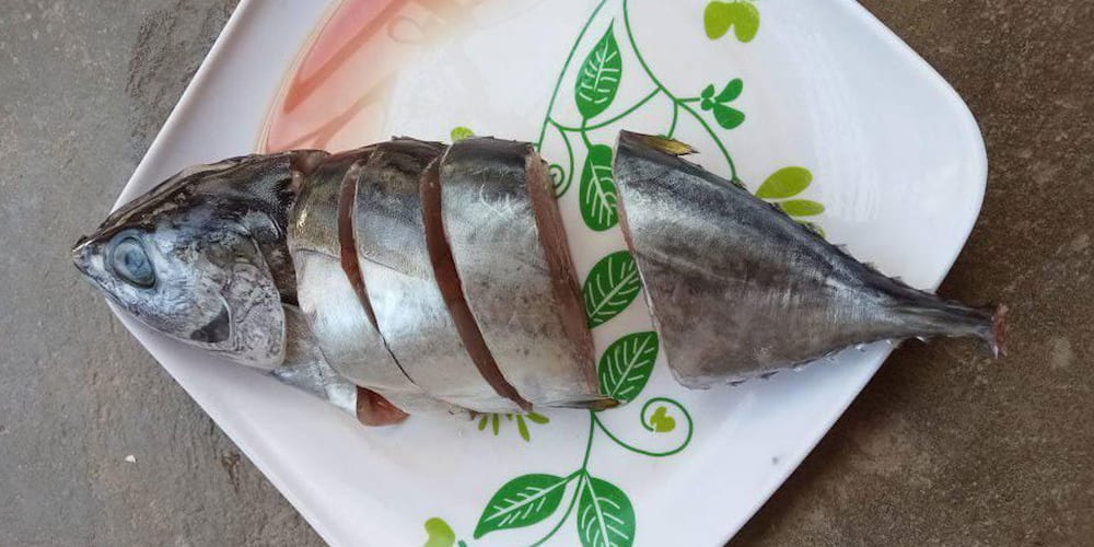 Netizen claims dishonest vendor gave her incomplete slices of fish