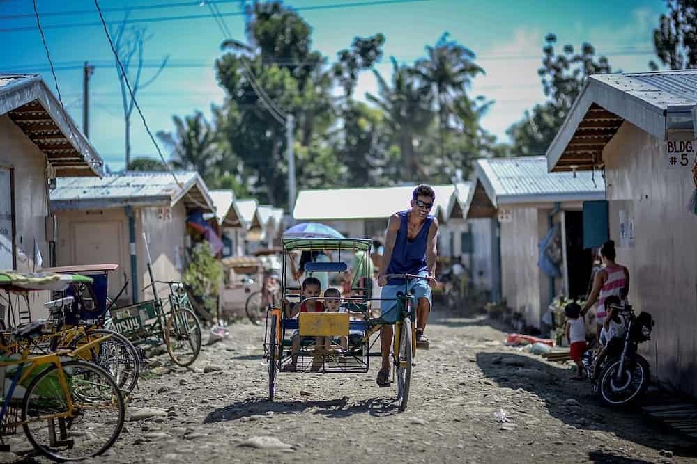 Isang ama, 5 taon nang naninirahan sa pedicab kasama ang mga anak at mga aso