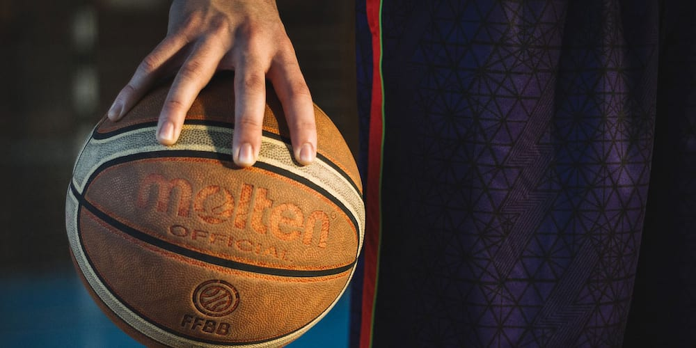 Pro basketball player becomes a delivery boy amid pandemic