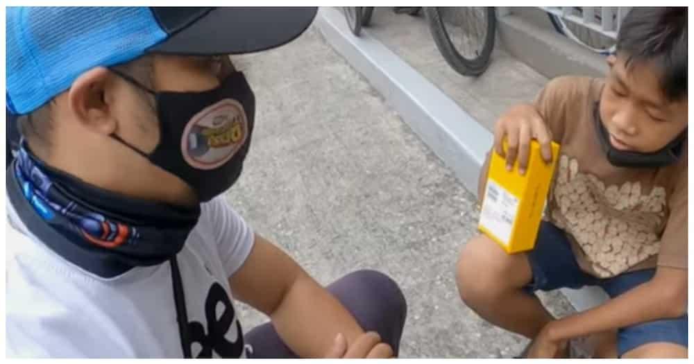 Estudyanteng naglalako ng lumpia at tuna pie, nabigyan ng CP ng nagmalasakit na vlogger
