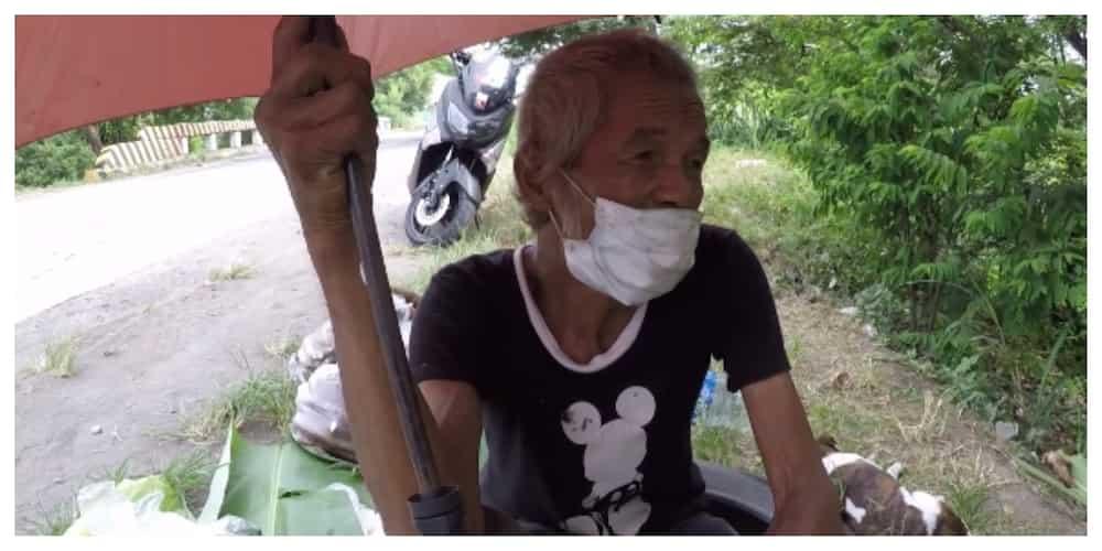 Motorcycle rider, tinulungan ang kawawang matandang naglalako sa initan