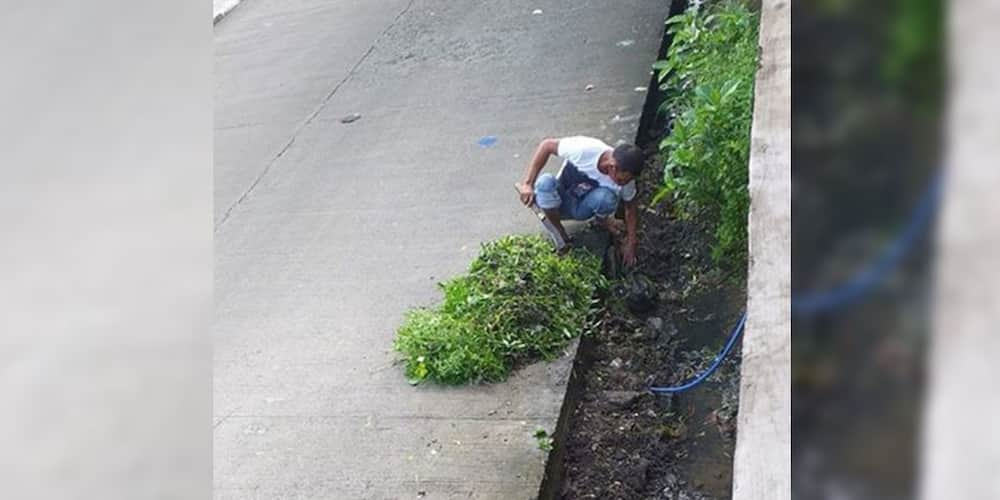 Poor man cleans canal in exchange for money to buy food for his family