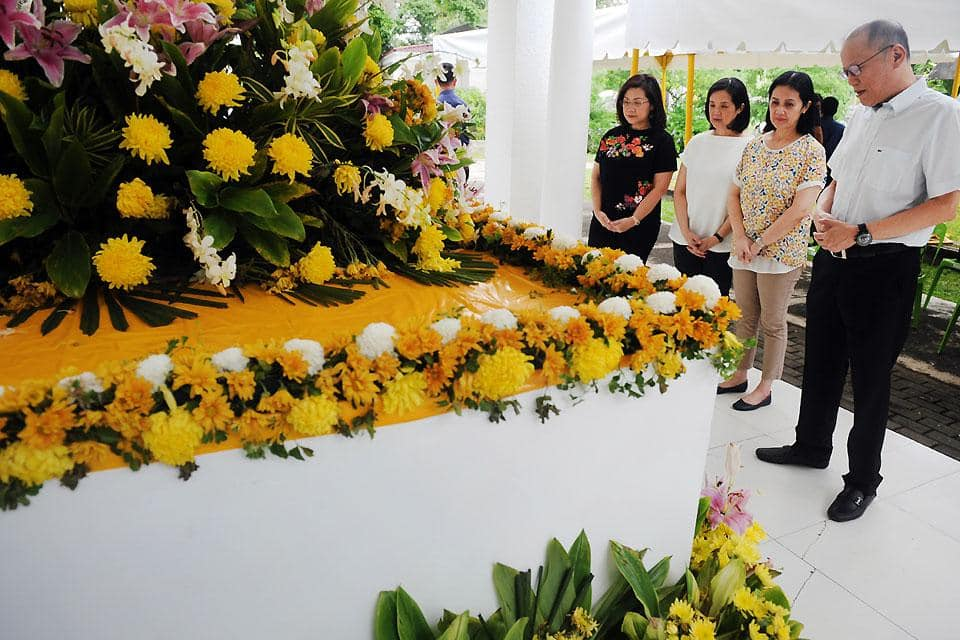 Kris Aquino goes travel mode, Noynoy and three sisters visit parents' tomb without her