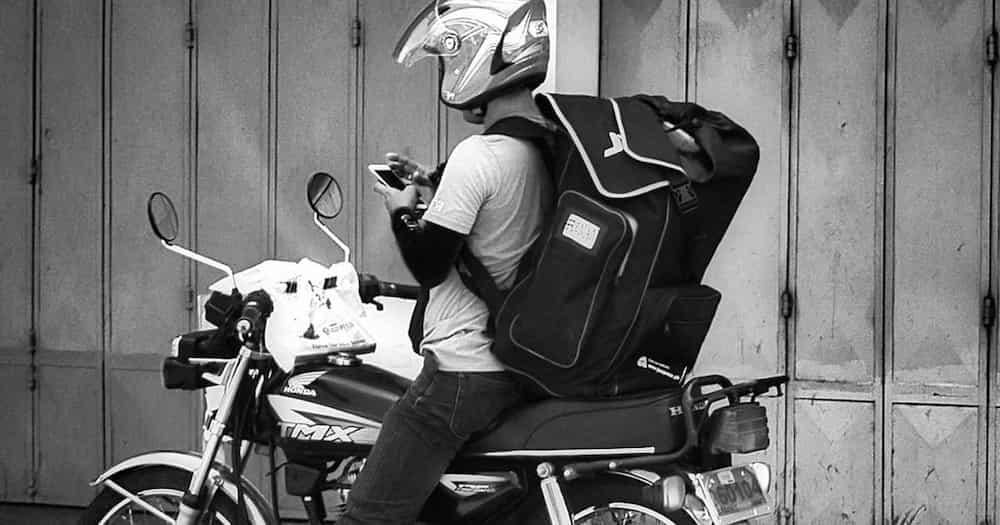 Video ng Shopee rider na sinusuong ang baha maihatid lang ang parcel nag-viral