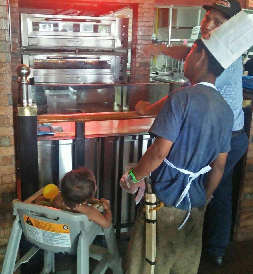 Di sila tinaboy! Homeless tatay at sanggol na kumakain ng tira2x, binigyan ng disenteng pagkain sa loob ng Shakey's restaurant