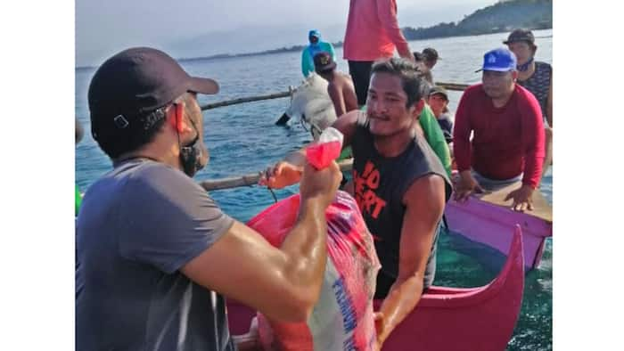 """Gerald Anderson joins PCG's """"floating community pantry""""; his photos go viral"""