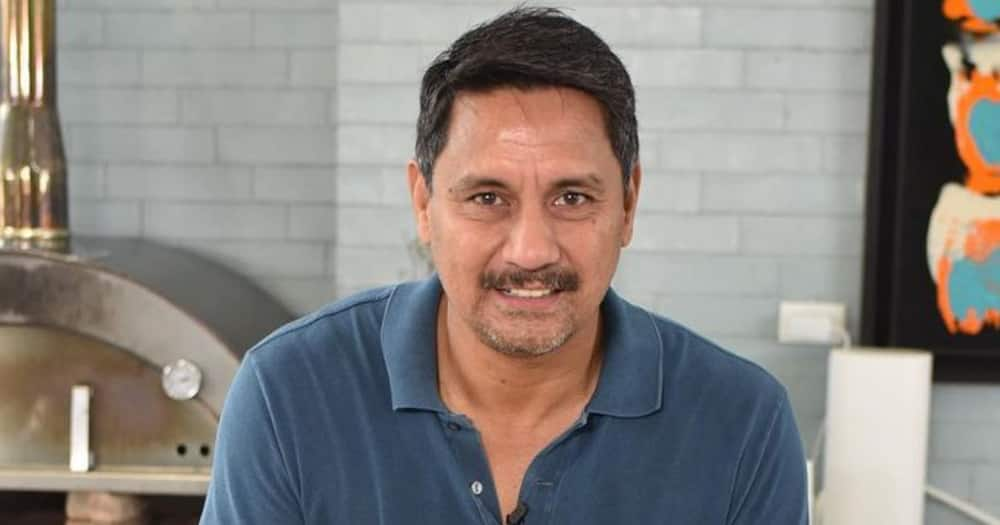 Richard Gomez helps a lady calm down during vaccination