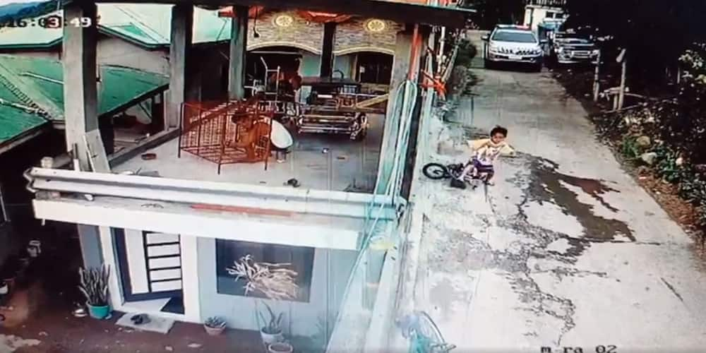 Video that shows residents running inside their homes at the sight of a police car goes viral