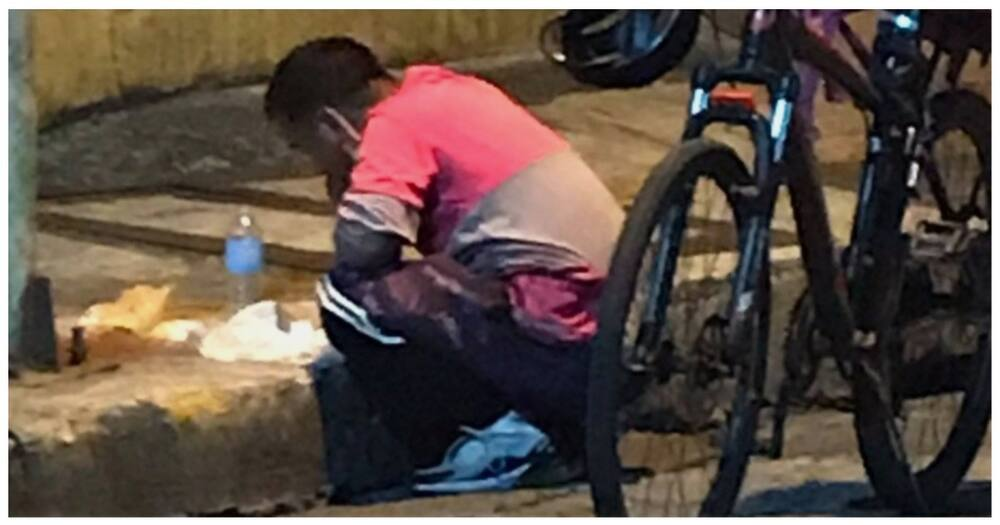 Delivery rider na kumakain lamang sa gilid ng kalsada, umantig sa puso ng netizens