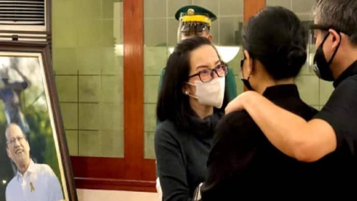 Emotional scenes from Noynoy Aquino's wake touch Filipinos' hearts