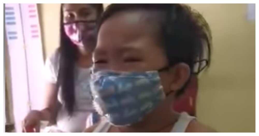 Netizens, naaliw sa batang napakanta ng sinaunang awit habang nagpapabakuna