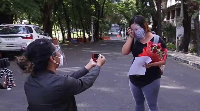 Nurse na naka-recover sa COVID-19, sinurpresa ng BF ng isang nakakaiyak na wedding proposal