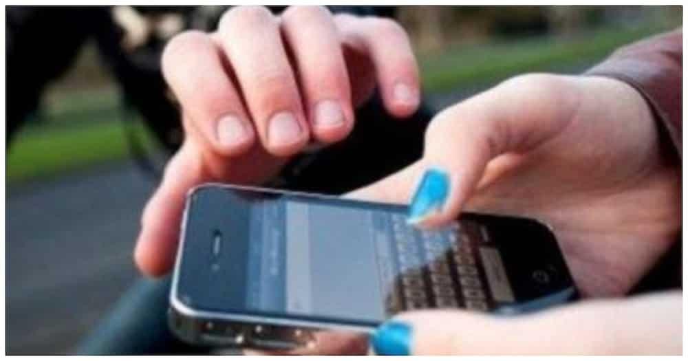 Cellphone sa tindahan, ninakaw habang ginagamit pa ito sa live selling