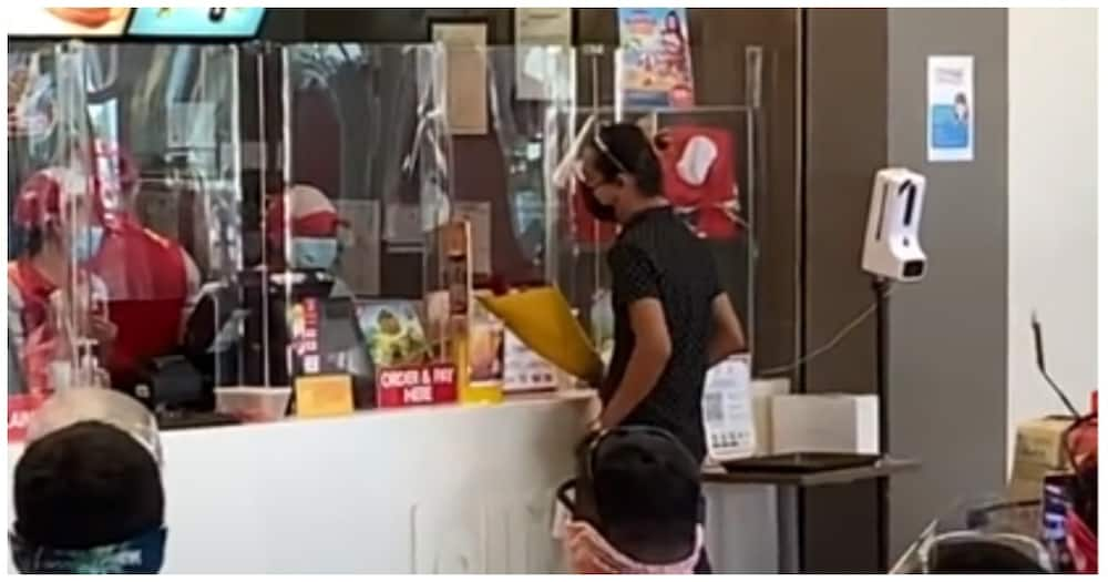 Video ng proposal sa isang crew ng Jollibee, nagpakilig sa mga netizen