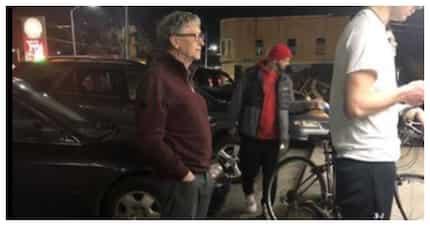 Larawan ng bilyonaryong si Bill Gates sa pagpila sa fast food, nag-viral