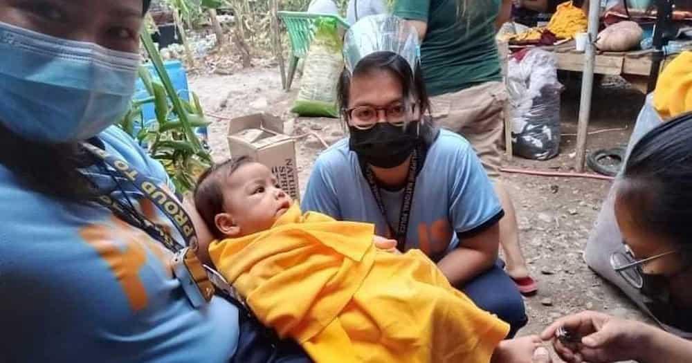 Police officer, pinadede ang gutom na sanggol na natagpuan niya matapos marinig ang malakas na iyak nito