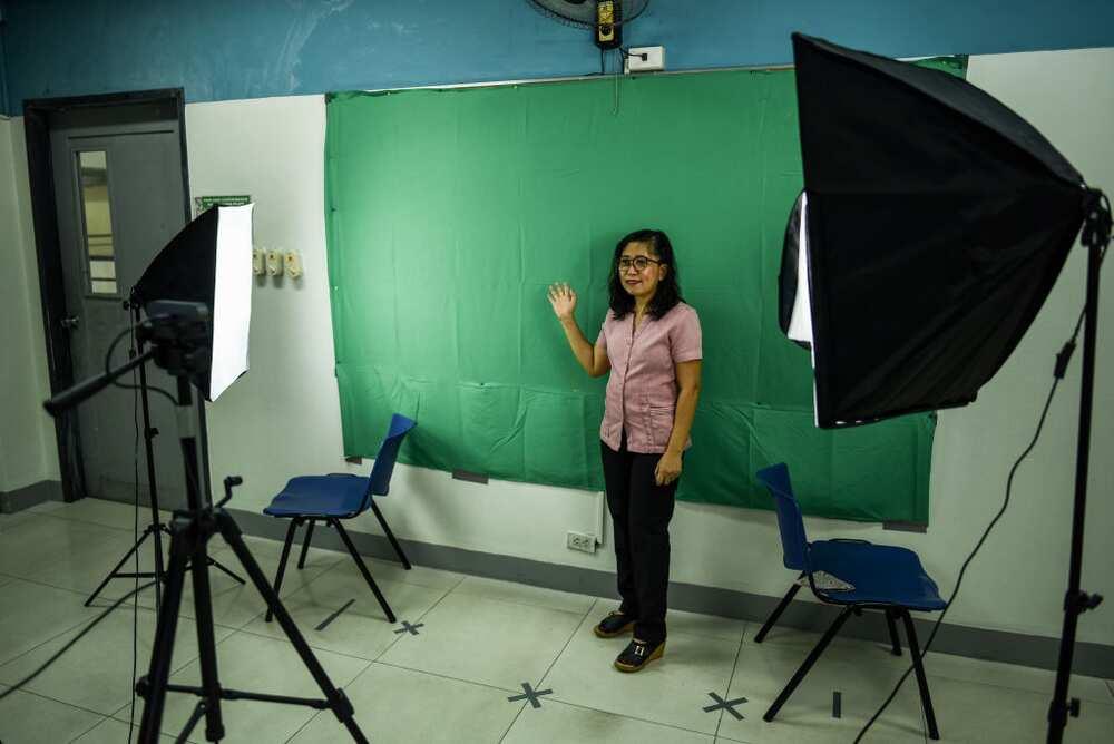 Mga teacher, umakyat ng bubong kahit tirik ang araw para makasagap ng signal